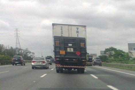 Carro circulou no acostamento  sem fiscalização da Polícia Rodoviária Estadual